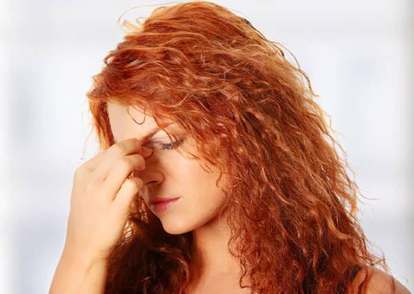 При высокой температуре и сильных головных болях назначают антибиотики