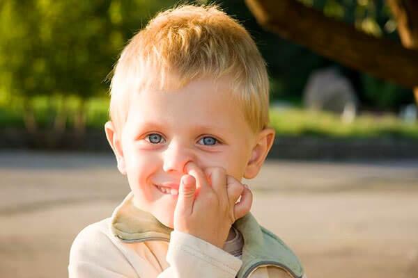 Механическое повреждение слизистой - одна из причин болячек в носу