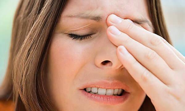 Один из симптомов гайморита - боль в переносице и гайморовых пазухах