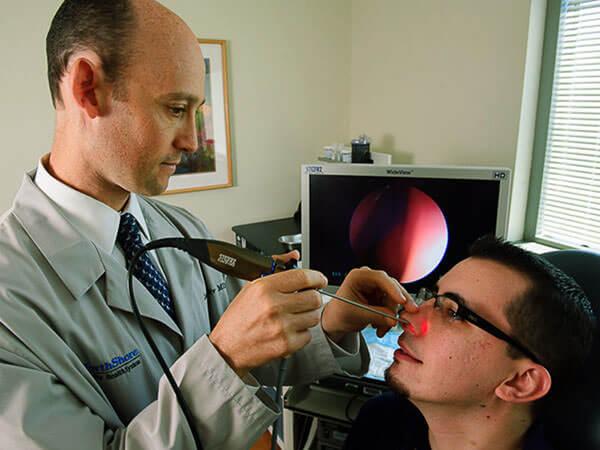 При характерных жалобах пациента проводится эндоскопическая диагностика гайморовых пазух