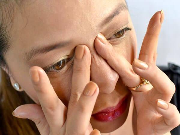 Девушка делает массаж лица