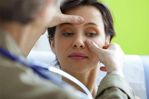 Осмотр пациентки после медикаментозного лечения гайморита