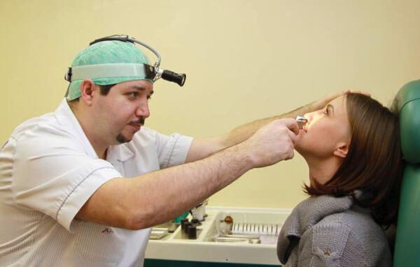 Доктор ведет осмотр пациента