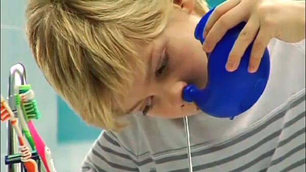 Промывание носа солевым раствором облегчит состояние больного