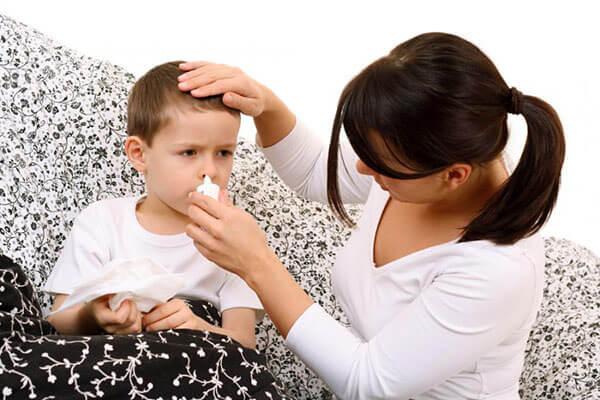 При насморке у ребенка пропадает аппетит и сон