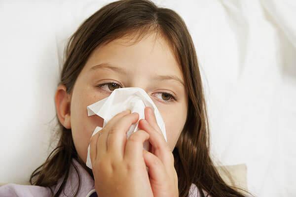 Причиной длительного насморка может быть инфекционное заболевание, аллергия или травма слизистой