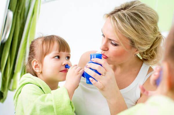 Промывать нос нужно и детям, и взрослым