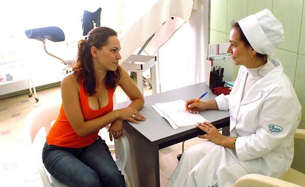При прозрачных выделениях необходимо посетить гинеколога