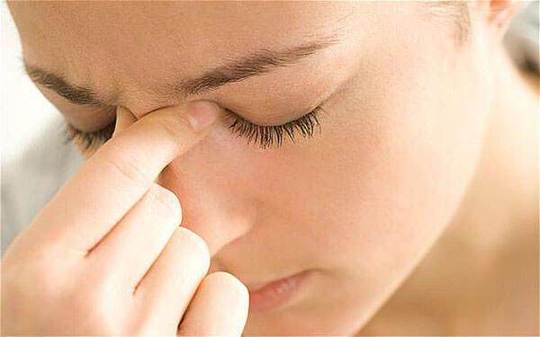 Симптомы синусита - головная боль, заложенность носа