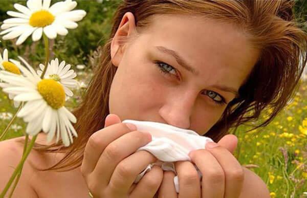 У девушки аллергия на цветочную пыльцу