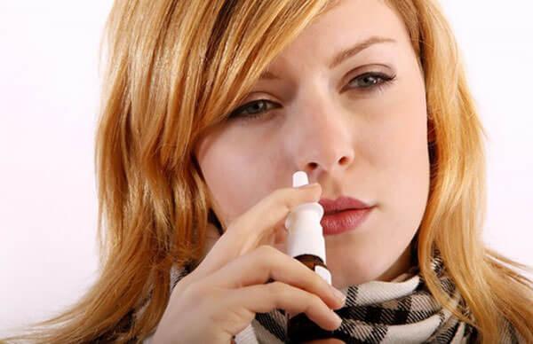 Бесконтрольное применение сосудосуживающих препаратов - одна из причин крови в соплях