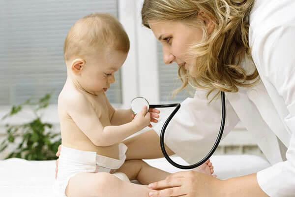 При нсморке и заложенности у малыша необходимо обратиться к педиатру