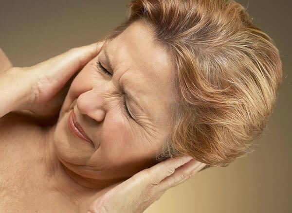 При насморке больной часто ощущает заложенность в ушах
