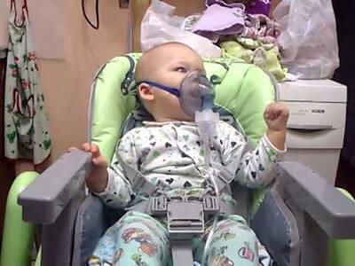 При проведении ингаляции малышу важно правильно надеть маску