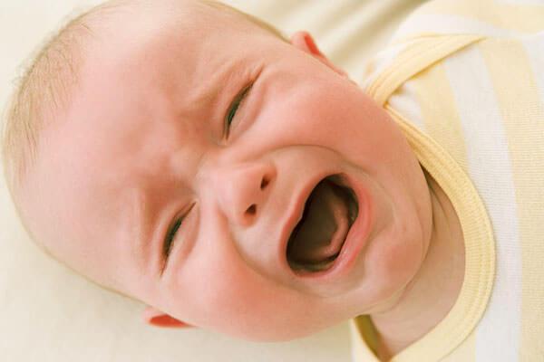 При длительном насморке у ребенка ухудшается самочувствие и аппетит