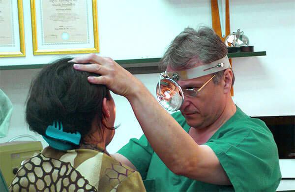 При постоянных головных болях и насморке необходимо обратиться к врачу