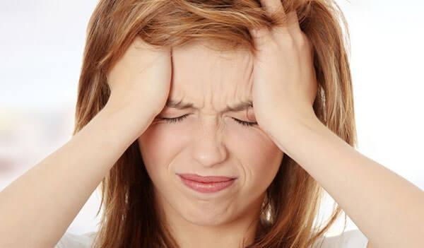 Сильная головная боль - один из симптомов воспаления пазух носа