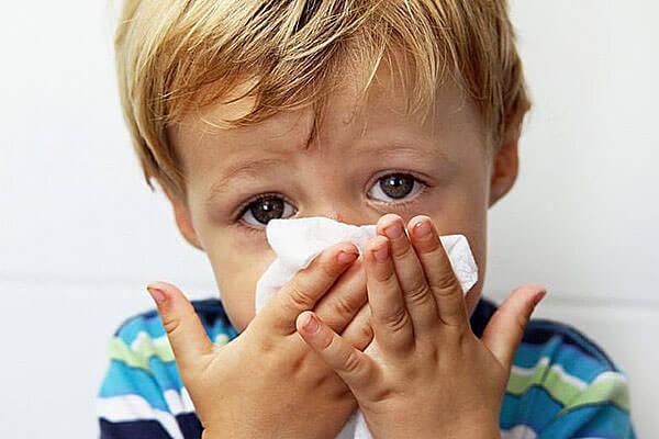 При простуде у ребенка появляются прозрачные сопли