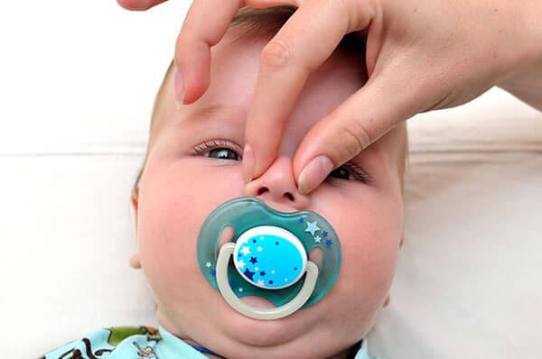Хрюканье нососм у младенца может быть простым физиологическим насморком