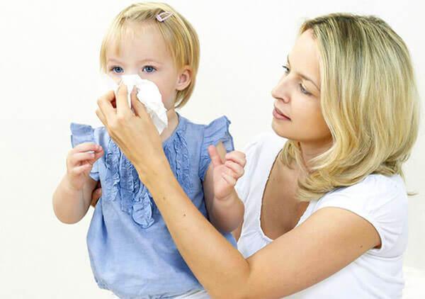 Длительный насморк у ребенка может быть по разным причинам