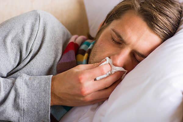 Признаки гайморита - сильная головная боль, слабость, кашель по ночам