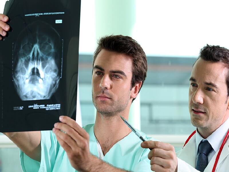 Врачи рассматривают ренгеновкий снимок для оценки пневматизации пазух носа