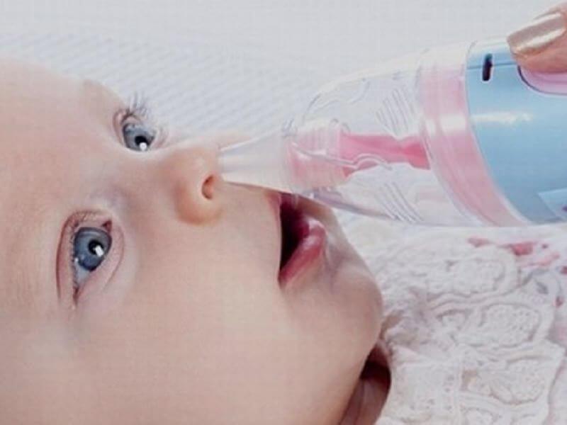 Удаление слизи из носа у детей при помощи аспиратора