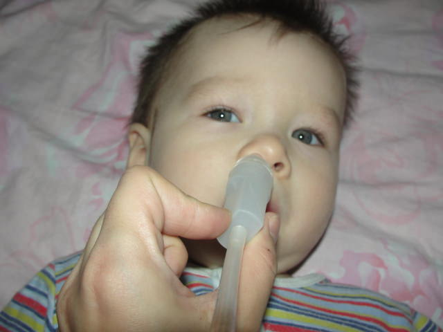 Малышу закапывают носик