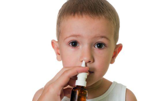 Малыш впрыскивает лекарство