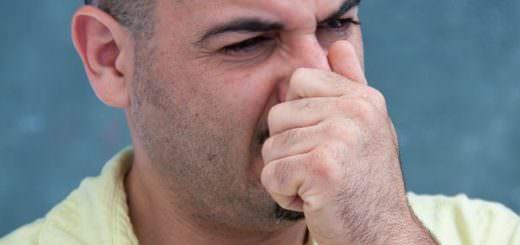 Мужчина трет нос
