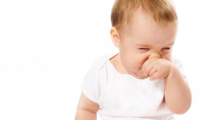 Малыш теребит носик