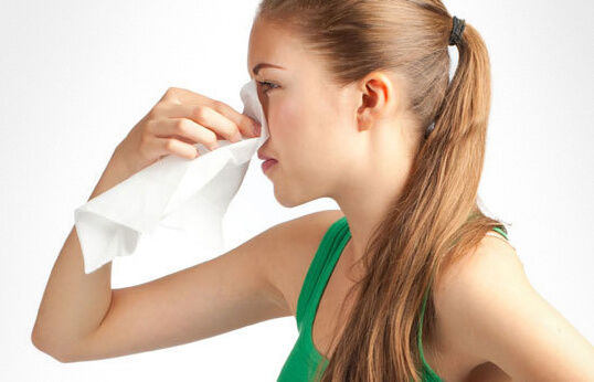 Девушка пережимает нос