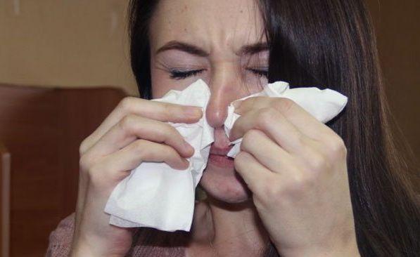Девушка трет нос