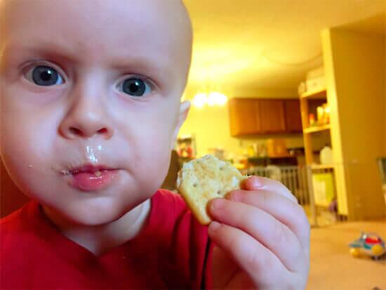 Малыш кушает печенье