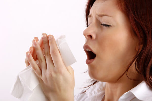 Девушка чихает