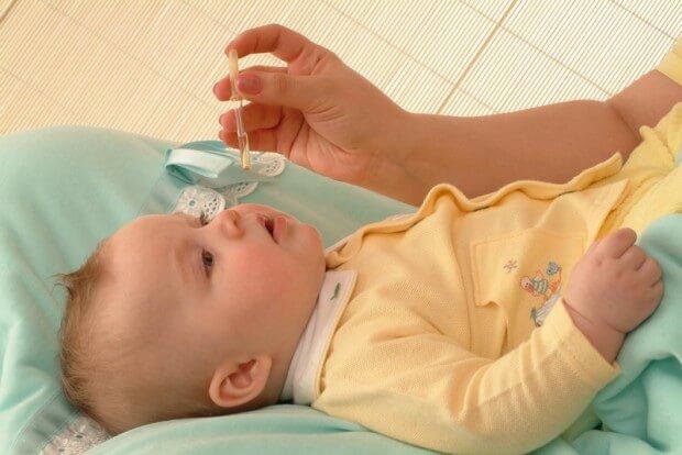 Малышу закапывают лекарство