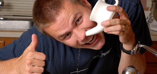 Парень промывает нос