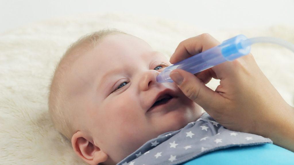 Ребенку прогревают нос